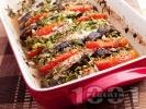 Рецепта Печени пилешки гърди с патладжани, домати пресен зелен лук и подправки (босилек, розмарин, магданоз) на фурна